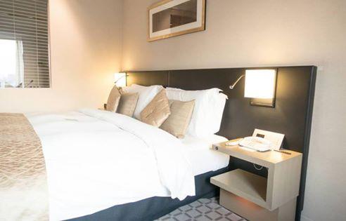優しいオレンジ色光に包まれた寝室は癒され効果が大きい